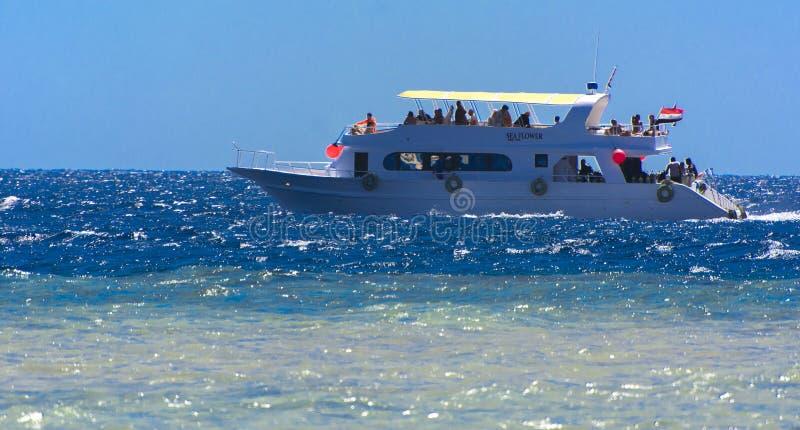 Sharm el-Sheikh, Egypte - 14 mars 2018 Yacht blanc comme neige luxueux de moteur en Mer Rouge contre le ciel bleu photo stock