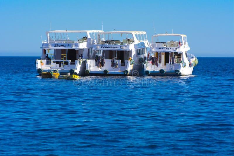 Sharm el-Sheikh, Egypte - 14 mars 2018 Yacht blanc comme neige luxueux de moteur en Mer Rouge contre le ciel bleu photographie stock