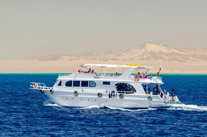 Sharm el Sheikh, Egypte 08 Mei, 2019: De boot van de genoegentoerist met passagiers die in het duidelijke blauwe water van het Ro royalty-vrije stock fotografie