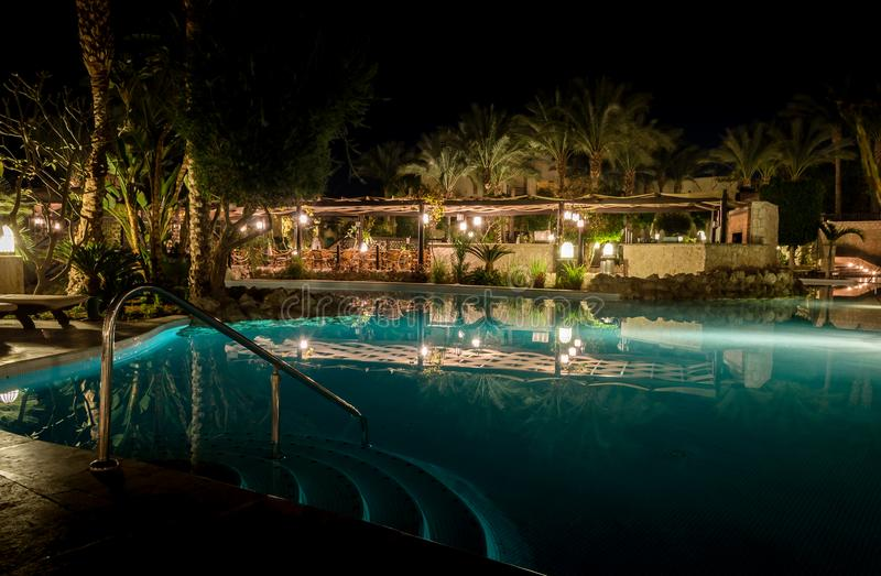 Sharm el Sheikh, Egypte - 02 06 2018: nacht in de de pool lege leunstoelen van het hotelaquamarijn in de barpa royalty-vrije stock fotografie