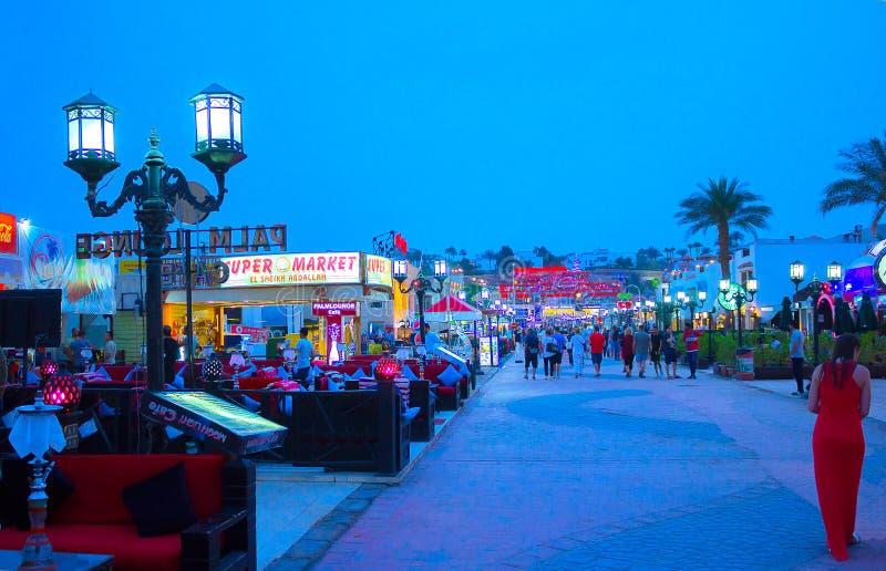 Sharm el Sheikh Egypten - April 13, 2017: En av shoppinggatorna, Naama Bay på Sharm el Sheikh, Egypten arkivfoto