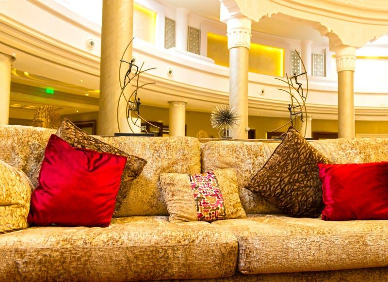 Sharm el Sheikh Egypten - April 13, 2017: Hotelllobby på det lyxiga hotellet RIXOS SEAGATE SHARM för fem stjärnor royaltyfri fotografi