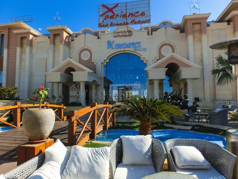 Sharm el Sheikh Egypten - December 31, 2018: Den huvudsakliga ingången till för Xperience för lyxigt hotell den lyxiga semesteror royaltyfri bild