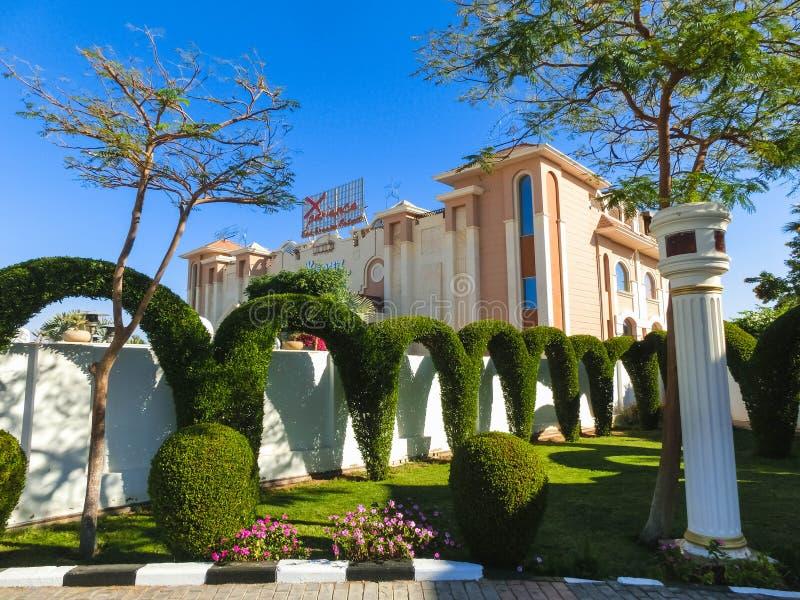 Sharm el Sheikh Egypten - December 31, 2018: Den huvudsakliga ingången till för Xperience för lyxigt hotell den lyxiga semesteror royaltyfria bilder