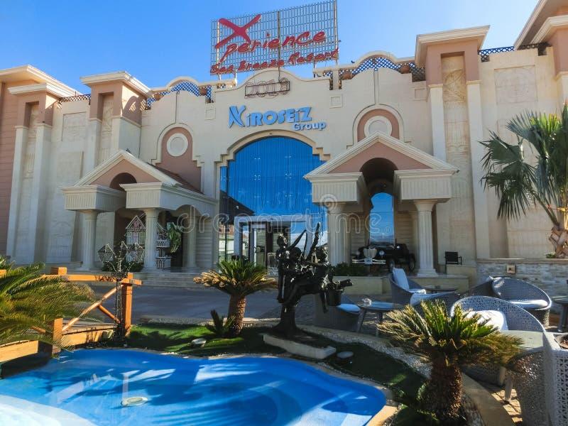 Sharm el Sheikh Egypten - December 31, 2018: Den huvudsakliga ingången till för Xperience för lyxigt hotell den lyxiga semesteror arkivbild