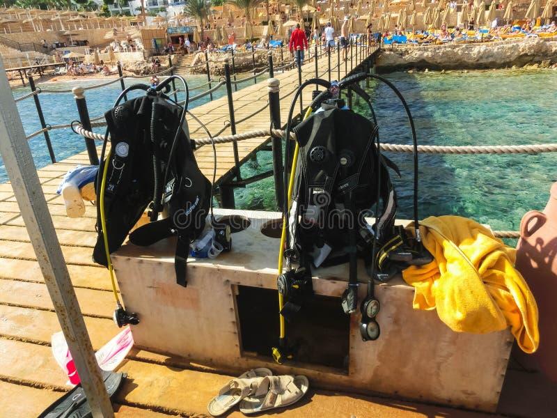 Sharm el Sheikh Egypten - December 31, 2018: Dykaredykutrustning på stranden av Röda havet royaltyfri foto