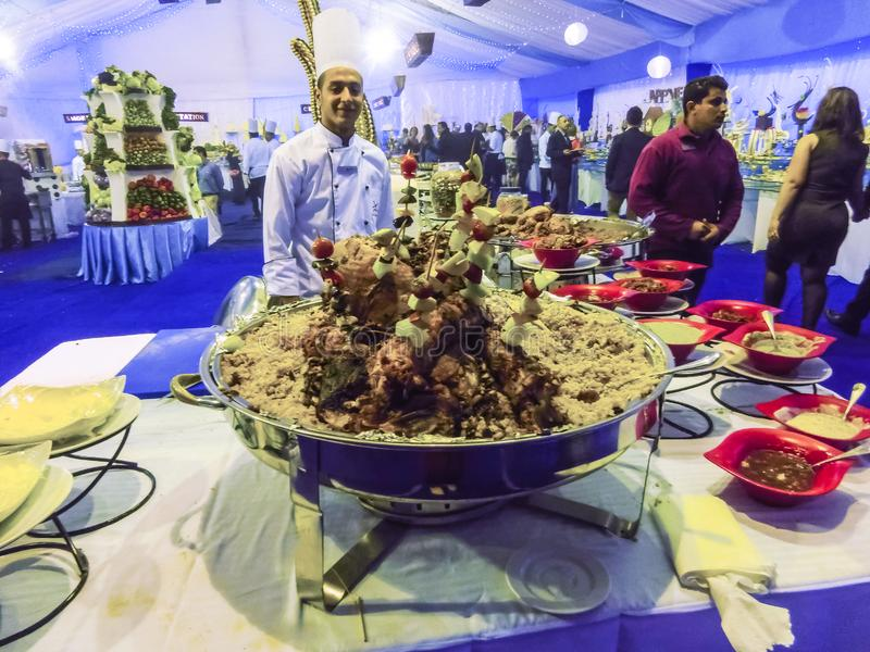 Sharm el Sheikh Egypten - December 31, 2018: Egyptiskt kockanseende på hotellrestaurangen royaltyfria bilder