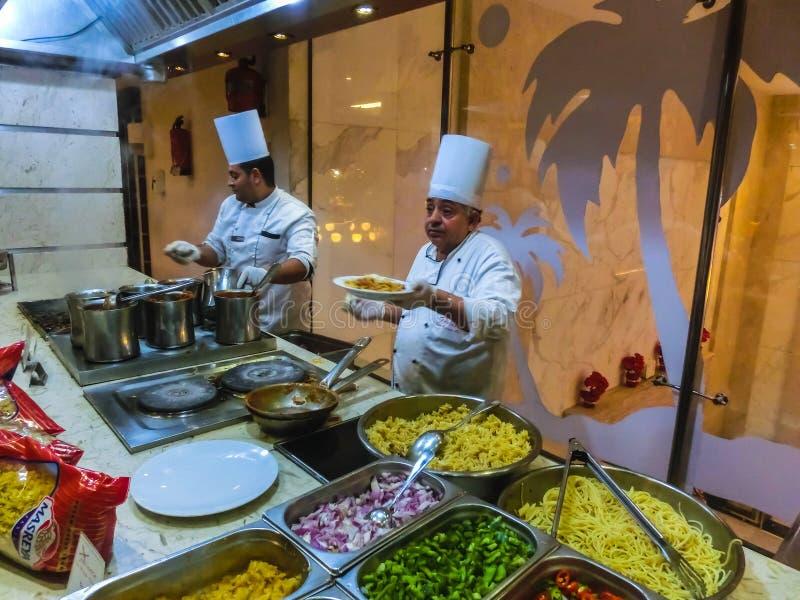 Sharm el Sheikh Egypten - December 31, 2018: Egyptiskt kockanseende på hotellrestaurangen arkivfoton