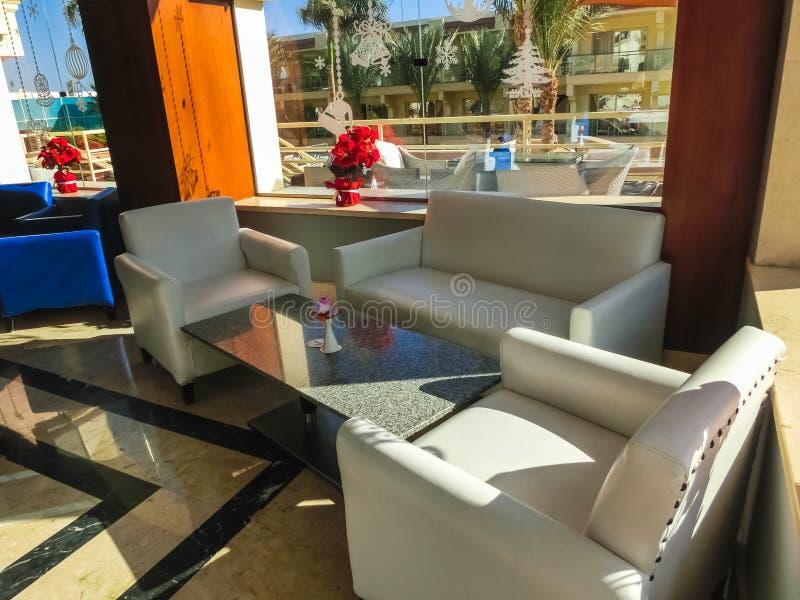 Sharm el Sheikh Egypten - December 31, 2018: Stången på för Xperience för lyxigt hotell semesterorten för bris hav royaltyfri bild