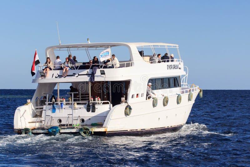 Sharm el Sheikh Egypten - Januari 23, 2018: Lyckligt folk som seglar i fartyget på den lyxiga semesterorten i Egypten på Röda hav arkivbilder