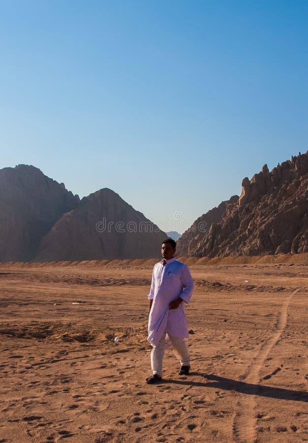 SHARM EL SHEIKH EGYPTEN - JULI 9, 2009 Beduin som går på öken royaltyfri foto