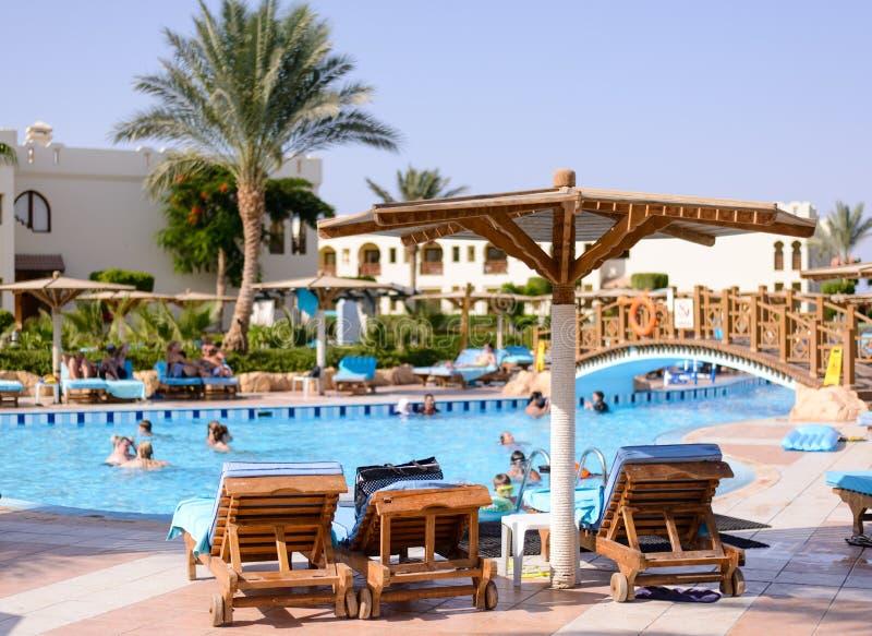 Sharm el Sheikh Egypten, 28 Juli 2015: Turister som simmar i en pöl på en semesterort arkivfoto