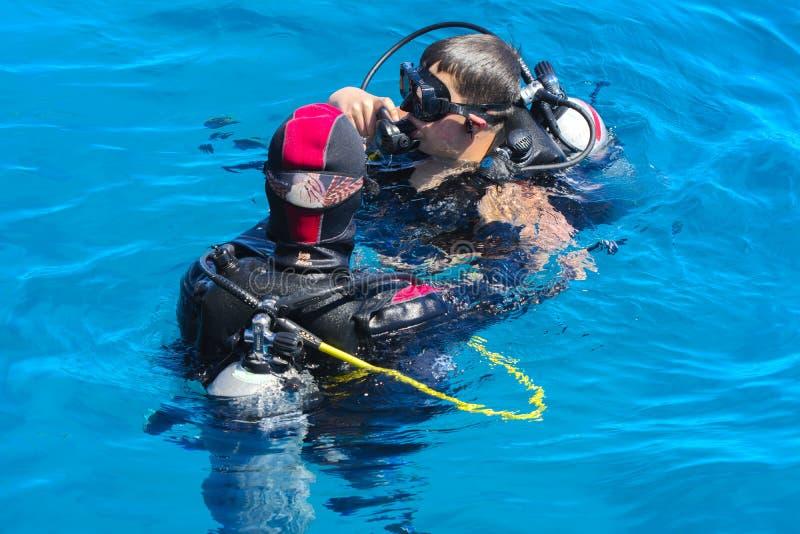 Sharm el-Sheikh, Egypten - mars 14, dykare på frikänden och turqu royaltyfri fotografi