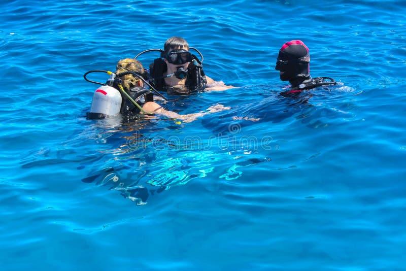 Sharm el-Sheikh, Egypten - mars 14, dykare på frikänden och turqu fotografering för bildbyråer
