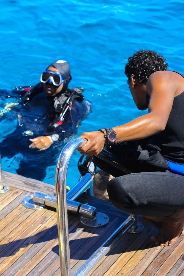 Sharm el-Sheikh Egypten - mars 14, 2018 En dyka instruktör pre royaltyfri bild