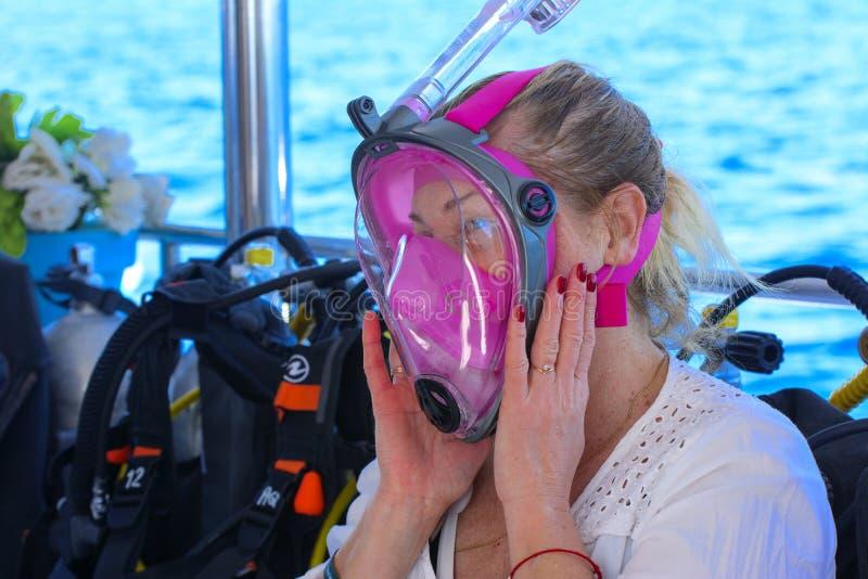 Sharm el-Sheikh Egypten - mars 14, en flicka ombord ett skepp i ett D royaltyfria foton