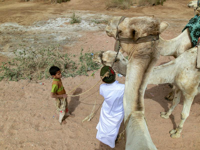 Sharm el Sheikh Egypten - 2012 marsch 14: Unga pojkar på åldern av och 12 måste arbeta i den turist- branschen royaltyfri foto