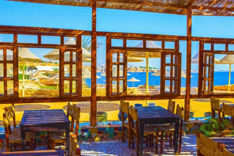 Sharm el Sheikh Egypten - September 24, 2017: Utomhus- restaurang och strand på det lyxiga hotellet, Sharm el Sheikh, Egypten royaltyfri fotografi