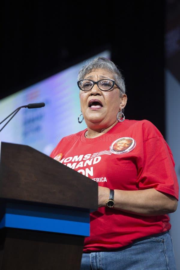 Sharon Risher die aan de ruimte bij het Presidentiële Forum voor Kanonveiligheid spreken, 10 Augustus, 2019 stock afbeeldingen