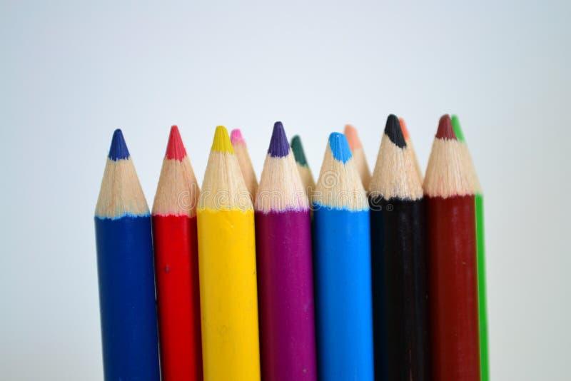 Sharped coloreó los lápices en el fondo blanco para el dibujo del arte foto de archivo libre de regalías