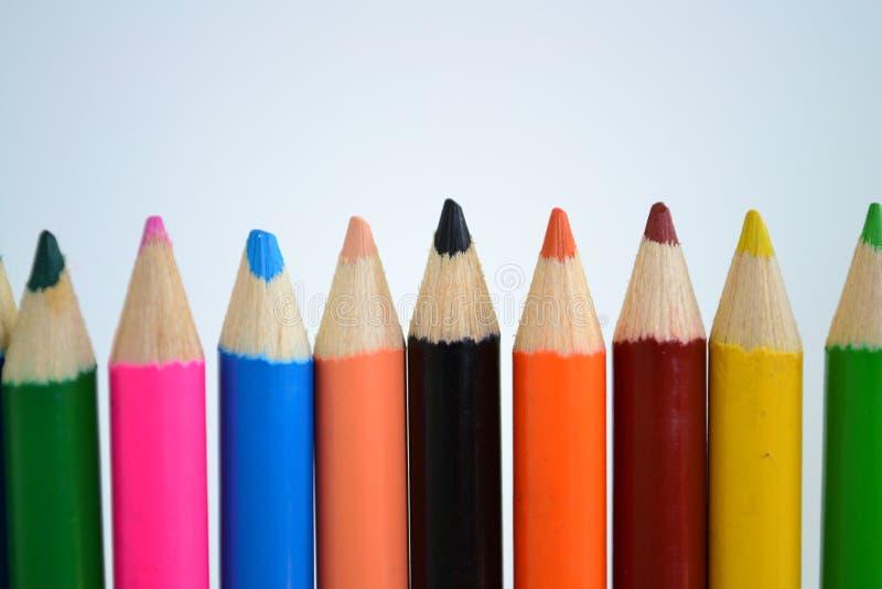 Sharped coloreó los lápices en el fondo blanco para el dibujo del arte fotos de archivo