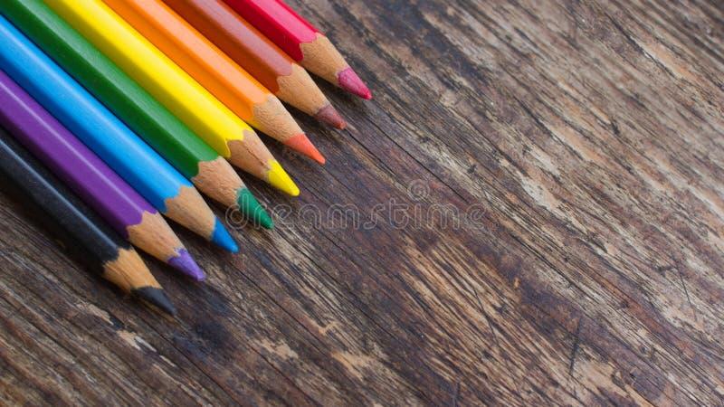 Sharpened ha colorato le matite su un fondo di legno immagine stock