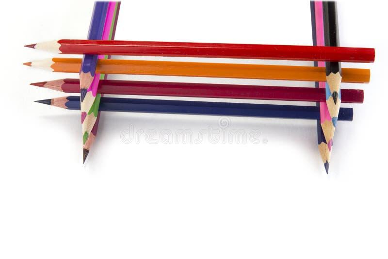 Sharpened ha colorato le matite sui precedenti bianchi fotografie stock libere da diritti