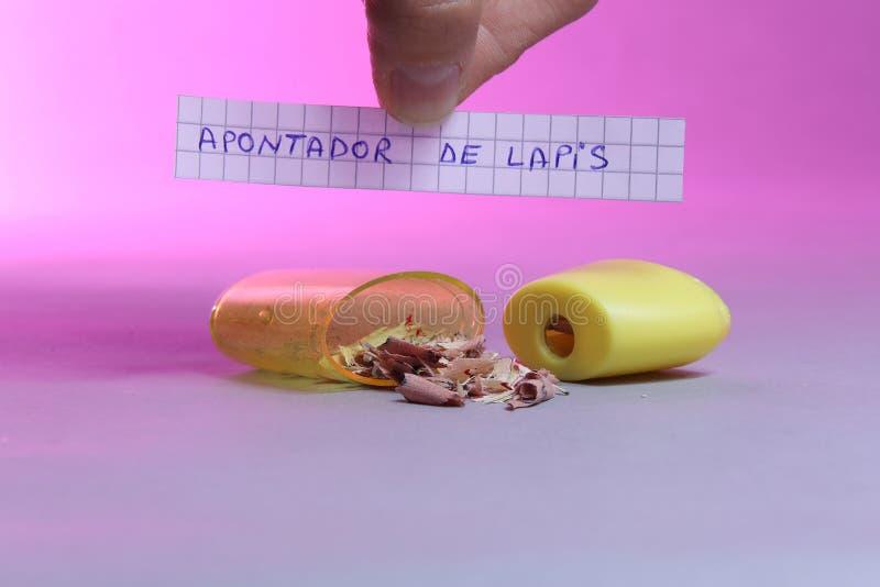 Sharpener με το κομμάτι χαρτί που λέει Apontador de Lapis στα πορτογαλικά στοκ εικόνα με δικαίωμα ελεύθερης χρήσης