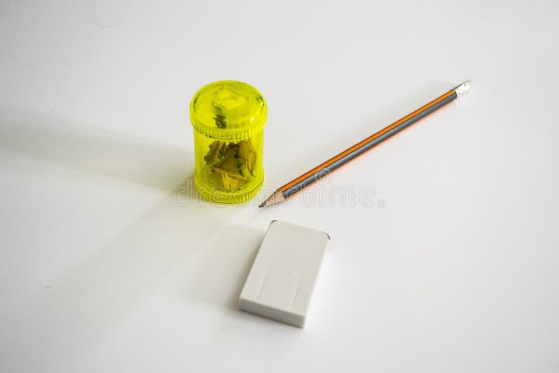 sharpener μολυβιών μονοπατιών ψαλιδίσματος ανασκόπησης απομονωμένο γόμα λευκό στοκ εικόνες