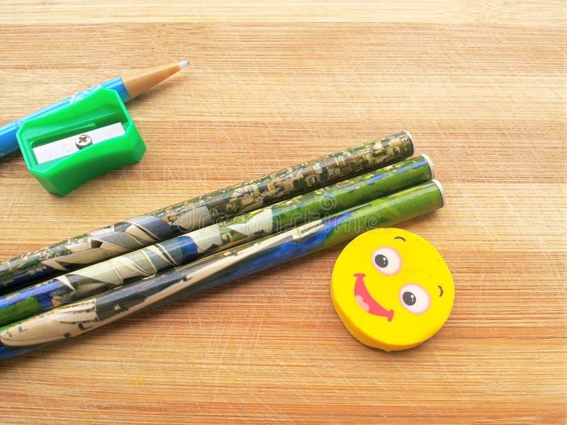 Sharpener, μολύβια, στυλός μολυβιών και γόμα στο ξύλινο υπόβαθρο στοκ φωτογραφίες με δικαίωμα ελεύθερης χρήσης