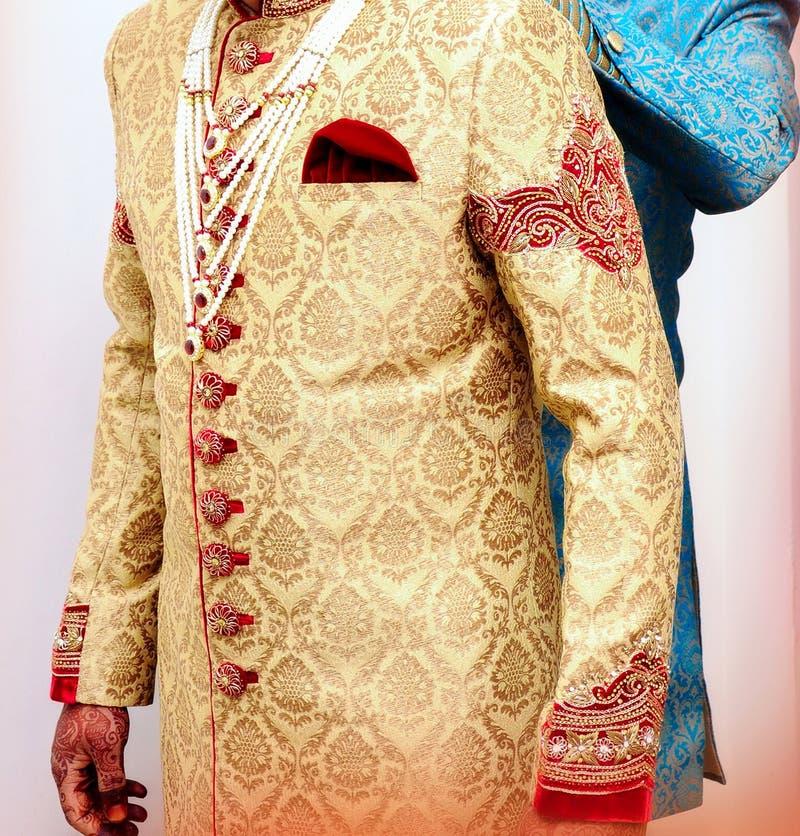 Sharwani vestindo do noivo indiano imagens de stock