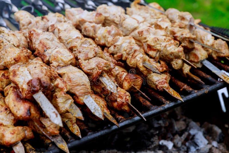 Shashlik на гриле барбекю над kebab угля shish популярным в Восточной Европе стоковая фотография