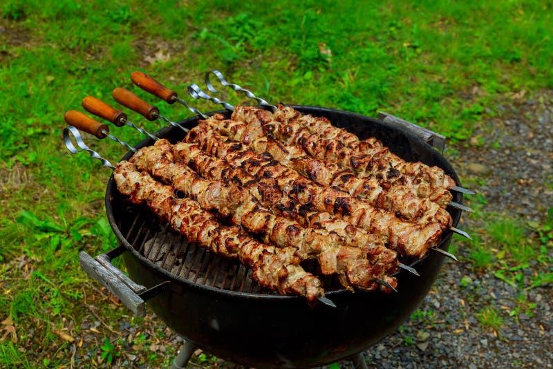 Shashlik приготовления на гриле на гриле барбекю Селективный фокус стоковые изображения