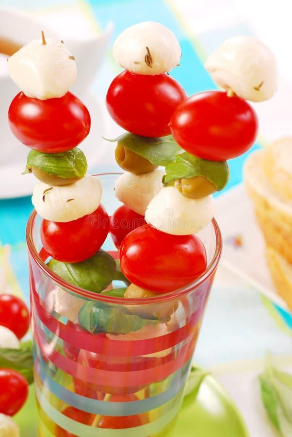 Shashlik avec du mozzarella, des tomates et des olives images libres de droits