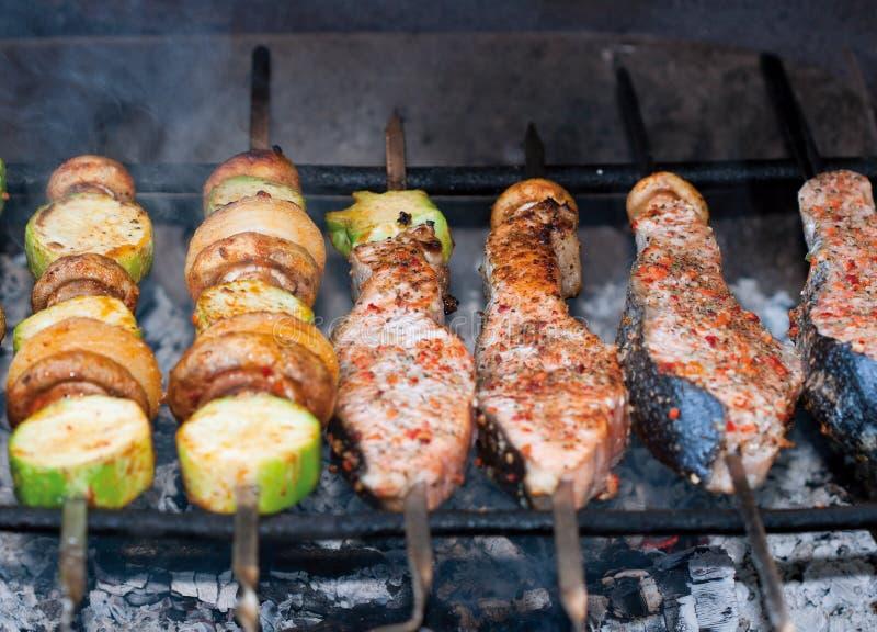 Shashlik bij de grill stock afbeelding