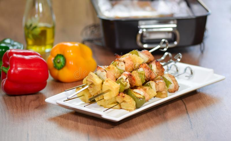 Shashlik - carne arrostita e verdure immagine stock libera da diritti