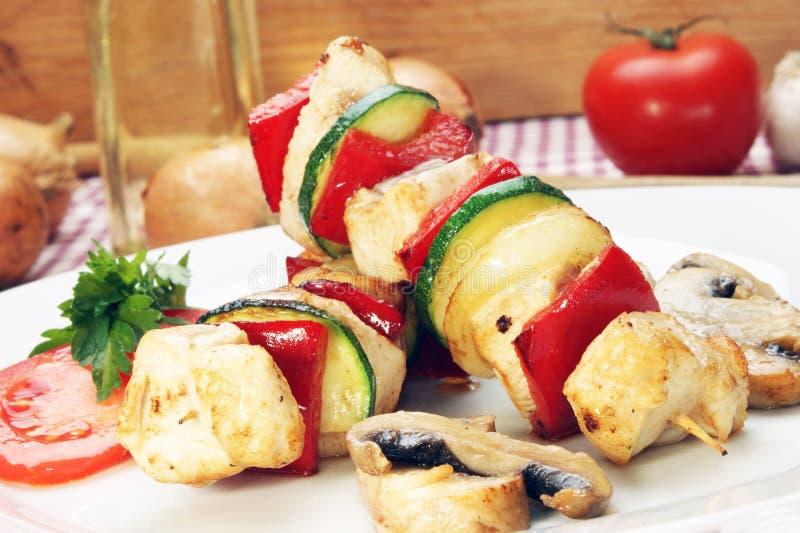 Shashlik del pollo con le verdure immagine stock