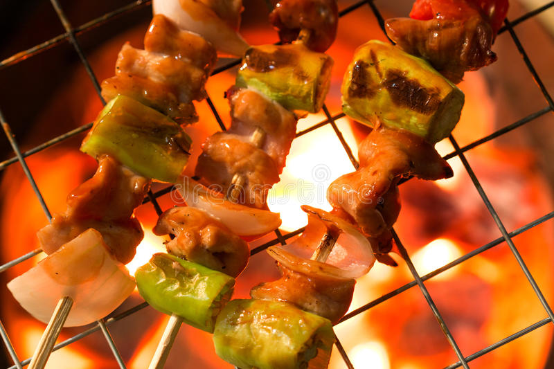 Shashlik do churrasco na grade do assado imagem de stock royalty free