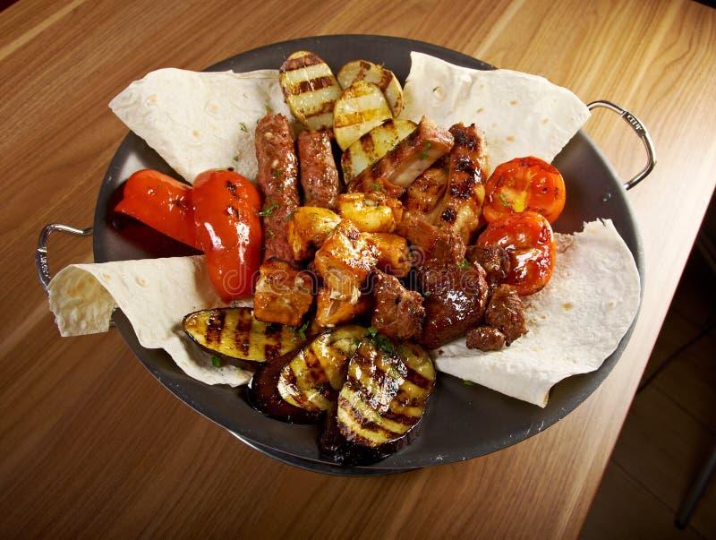Shashlik (kebab). Diversos tipos estera asada fotos de archivo