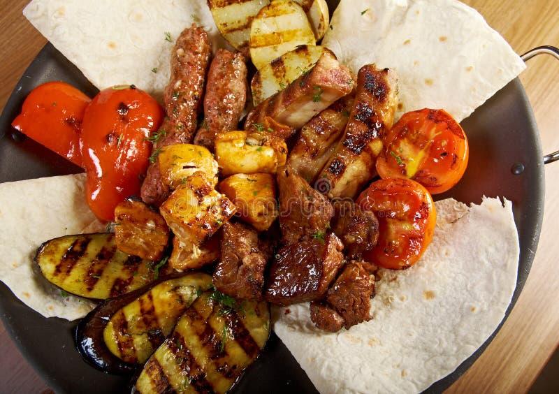 Shashlik (kebab). Diversos tipos estera asada foto de archivo libre de regalías
