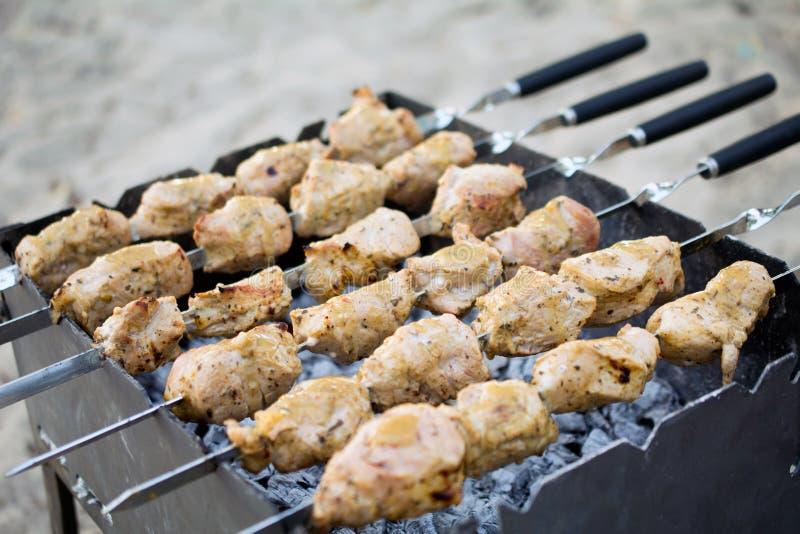 Shashlik marin? pr?parant sur un gril de barbecue au-dessus de charbon de bois photographie stock libre de droits