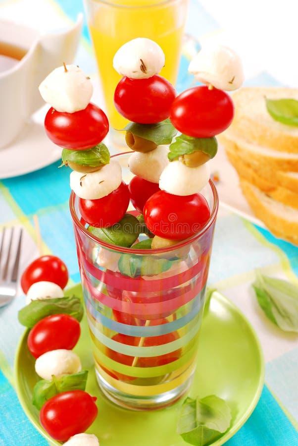 Shashlik met mozarella, tomaten en olijven stock afbeelding