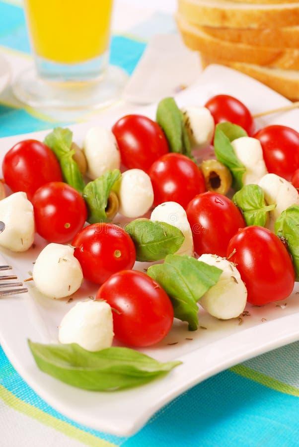Shashlik met mozarella, tomaten en olijven royalty-vrije stock afbeelding
