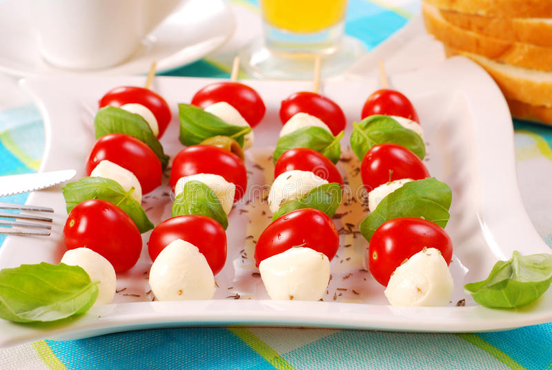 Shashlik met mozarella, tomaten en olijven stock foto's