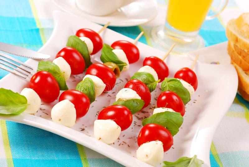 Shashlik met mozarella, tomaten en olijven stock afbeeldingen