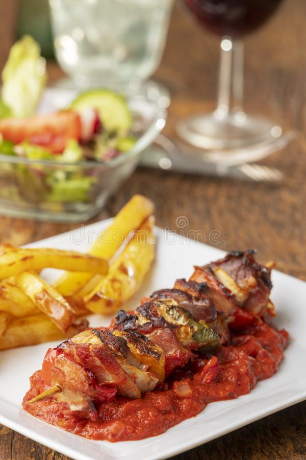 Shashlik mit Pommes-Frites stockfoto