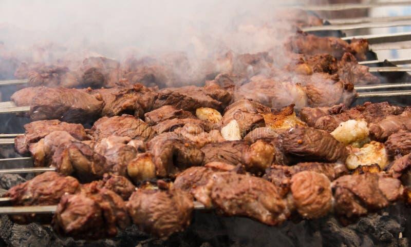 Shashlik o shashlyk que se prepara en una parrilla de la barbacoa sobre el carb?n de le?a Cubos asados a la parrilla de la carne  fotografía de archivo