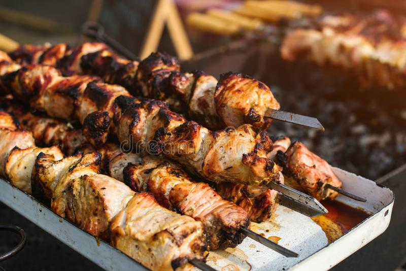 Shashlik saporito, all'aperto Cottura della carne suina Pranzo del barbecue all'aperto Shashlik ha preparato sulla griglia del ba fotografie stock