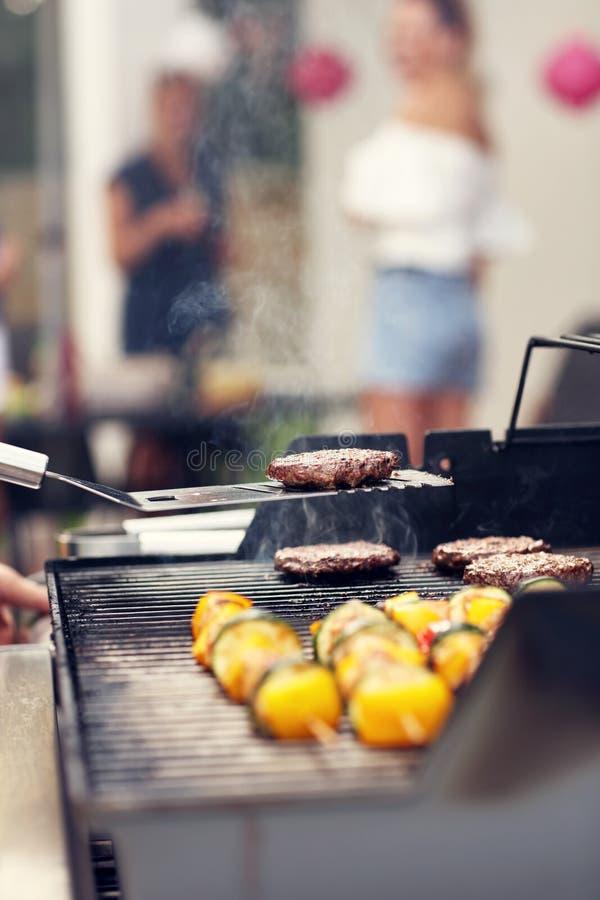 Shashliks e Hamburger grelhados na grelha imagem de stock royalty free