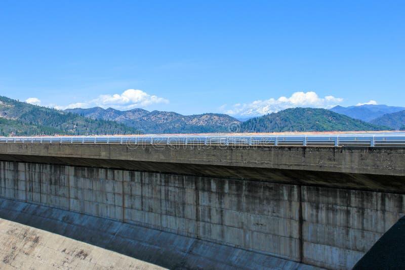 Shasta Dam - Concrete arch-gravitationsdamm tvärs över Sacramento River i norra Kalifornien i Förenta staterna arkivbild